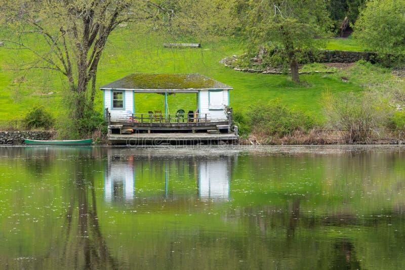 阿南德聚会所在池塘反映的船库 免版税库存照片