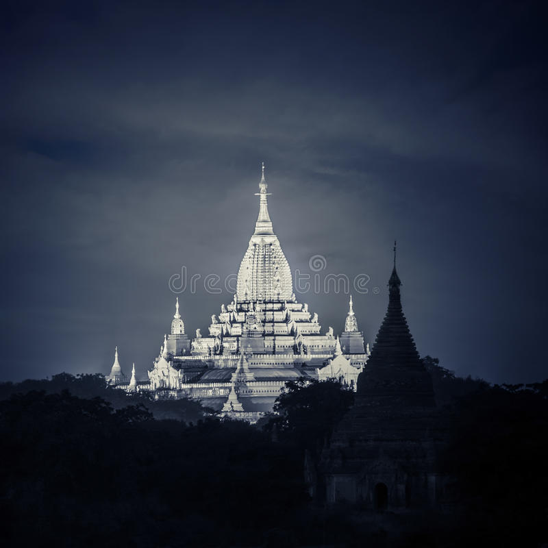 阿南达塔夜视图  在Bagan王国的佛教寺庙,缅甸(缅甸) 库存图片