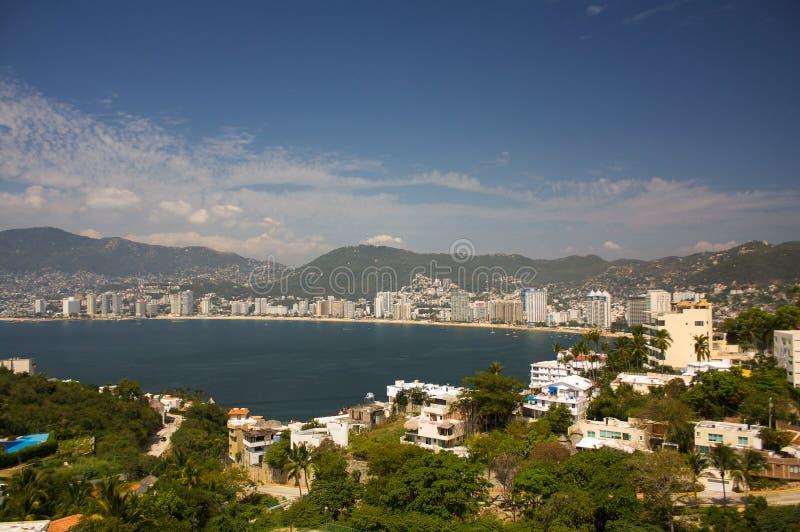 阿卡普尔科海湾使旅馆太阳山树格雷罗州墨西哥靠岸 免版税库存照片