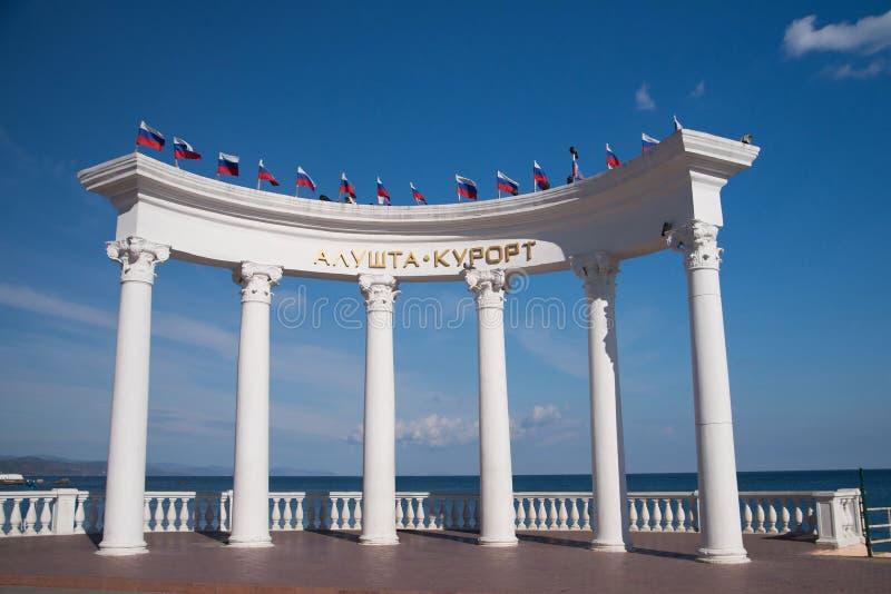 阿卢什塔手段,圆形建筑与俄国旗子 克里米亚 免版税库存图片