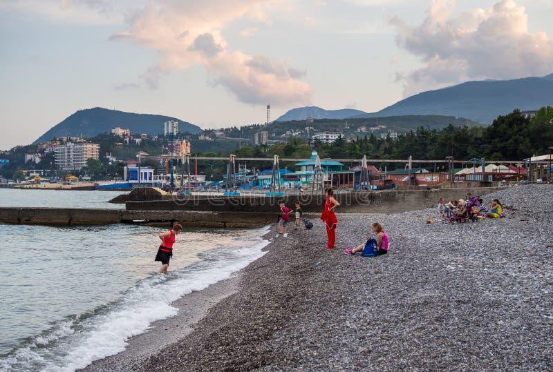 阿卢什塔Respublika Krym海滩散步的人们  库存照片