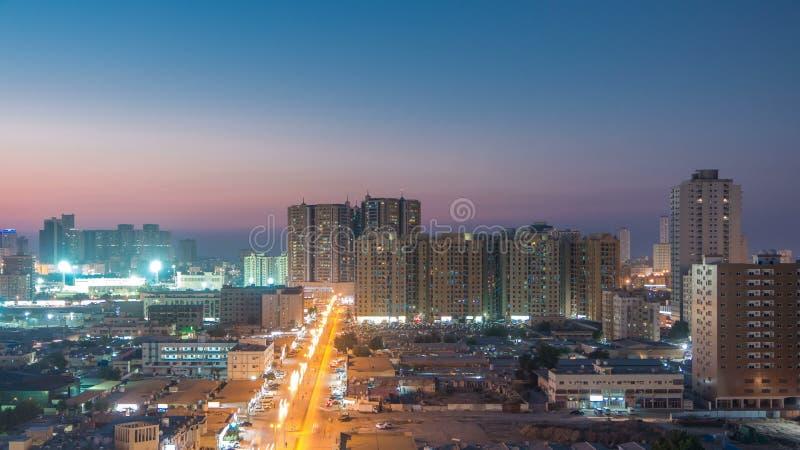 阿吉曼都市风景从屋顶天到夜timelapse 阿吉曼是阿吉曼酋长管辖区的资本在阿联酋 图库摄影