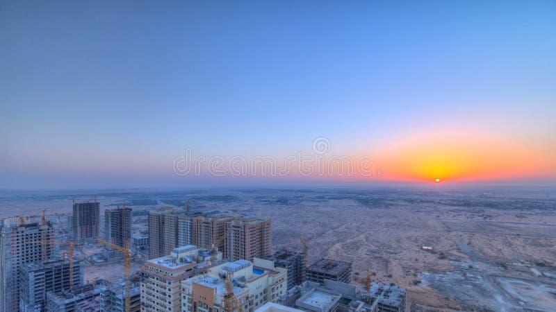 阿吉曼都市风景从屋顶的与日出timelapse 阿吉曼是阿吉曼酋长管辖区的资本在阿联酋 免版税库存图片