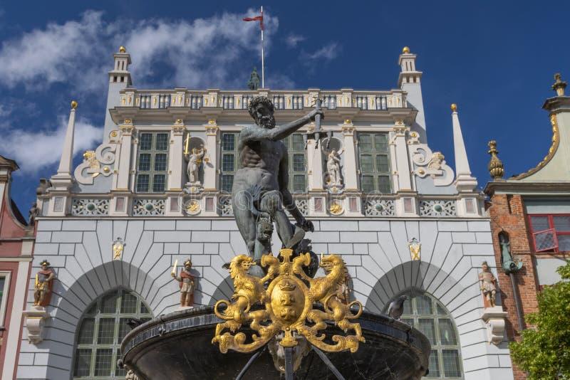 阿图斯法院Dwor Artusa和海王星喷泉在奥尔德敦在格但斯克,波兰  图库摄影