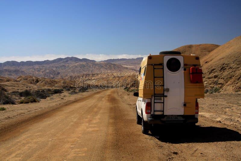 阿塔卡马沙漠,智利- 12月19 2011年:在不尽的贫瘠风景的4个轮子camperlost 免版税库存图片
