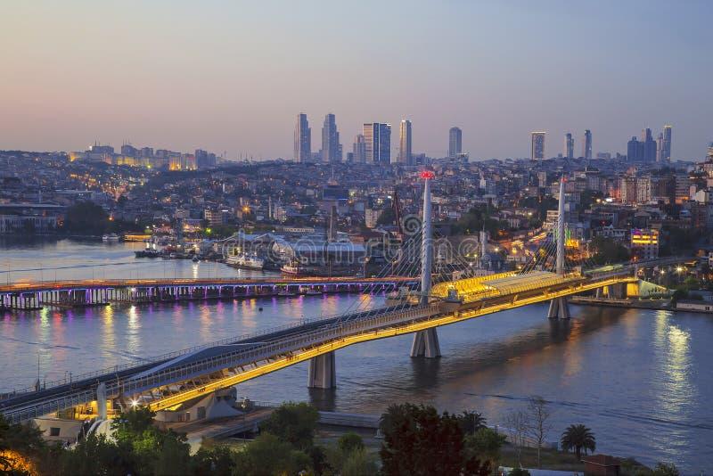 阿塔图尔克桥梁、地铁桥梁和金黄垫铁在晚上-伊斯坦布尔, 免版税库存照片