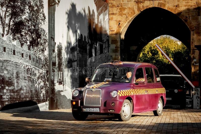 阿塞拜疆,巴库- 2016年10月:在一辆出租汽车的轮子的司机在老镇的街道上的 免版税图库摄影