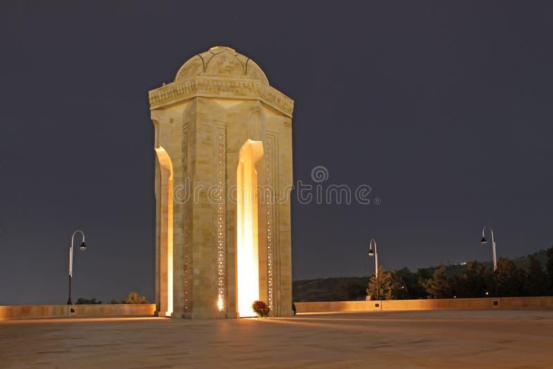 阿塞拜疆 永恒火焰纪念品在巴库在晚上 库存图片