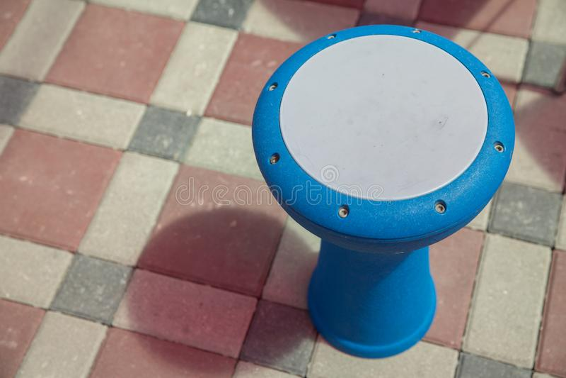 阿塞拜疆djembe打鼓与深刻雕刻的profesional音乐家的 djembe,被强调的形状特写镜头视图  免版税库存图片