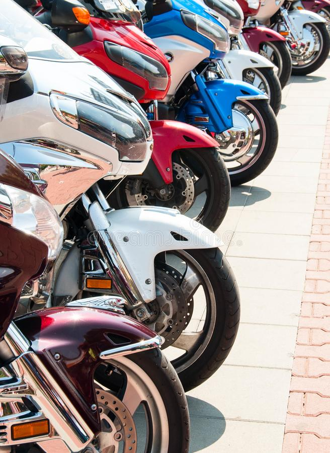 阿塞诺夫格勒、普罗夫迪夫/保加利亚 — 09/05/2019:一列列的运动摩托车展 库存图片