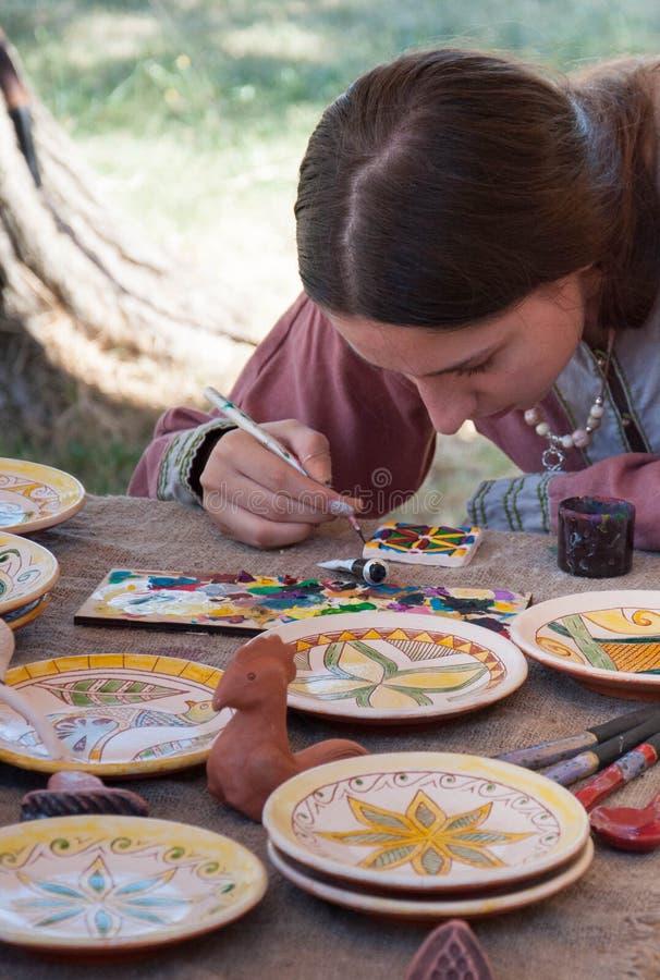 阿塞诺夫格勒、普罗夫迪夫/保加利亚 — 09/07/2019:中世纪博览会上的女人 库存图片