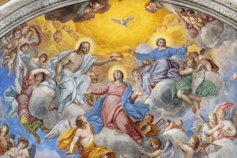 阿奇雷亚莱,意大利,2018年:圣母玛丽亚的加冕壁画教会切萨di圣卡米洛主要近星点的彼得罗Vasta 免版税库存图片