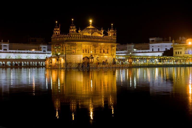 阿姆利则,印度- 10月17 :金黄寺庙的锡克教徒的香客在庆祝天期间在2012年10月17日在阿姆利则,旁遮普邦, I 库存图片