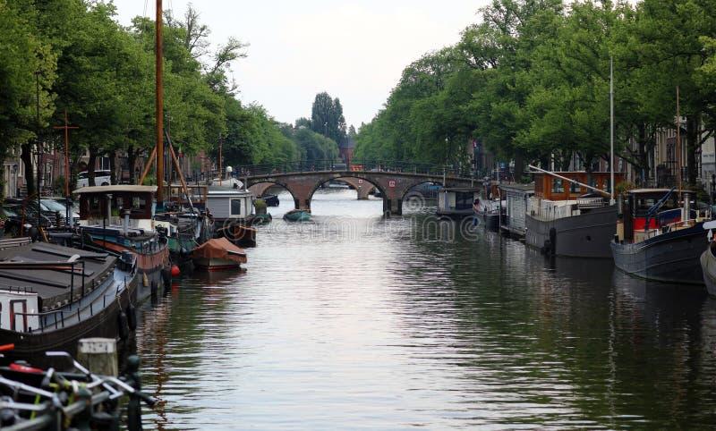 阿姆斯特丹、荷兰、城市运河、小船、桥梁和街道 独特的美丽和狂放的欧洲城市 库存图片