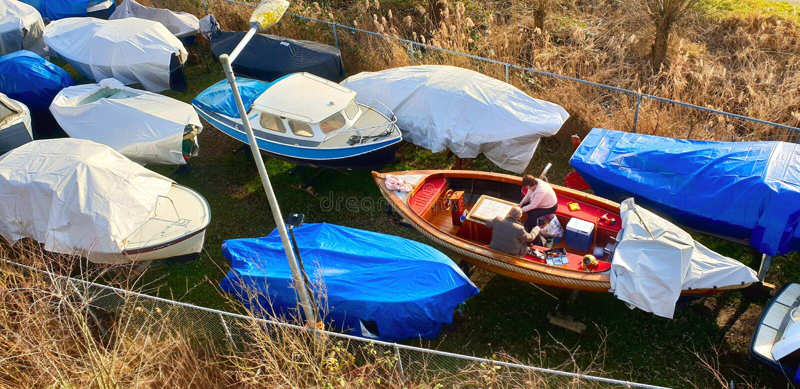 阿姆斯特丹、Noord-Holland/荷兰- 02-17-2019两个人小船为新的春天和夏季做准备 免版税库存照片