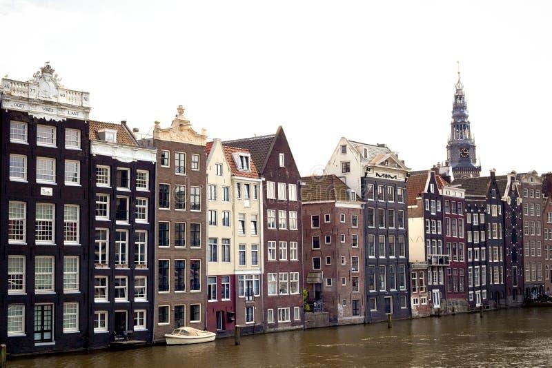 阿姆斯特丹与老大厦和小船的运河场面 免版税库存图片