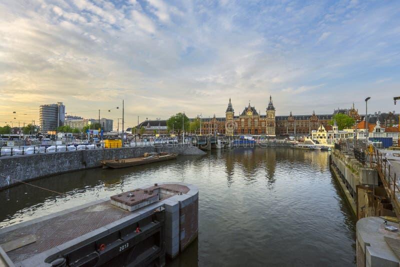 阿姆斯特丹中央主要火车站在阿姆斯特丹,荷兰 免版税图库摄影