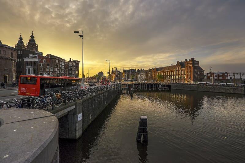 阿姆斯特丹中央主要火车站在阿姆斯特丹,荷兰 免版税库存图片