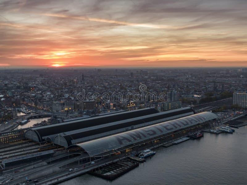 阿姆斯特丹中央火车站的天线与古城中心的在日落 库存图片
