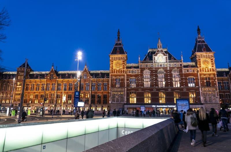阿姆斯特丹中部驻地在晚上 免版税库存图片