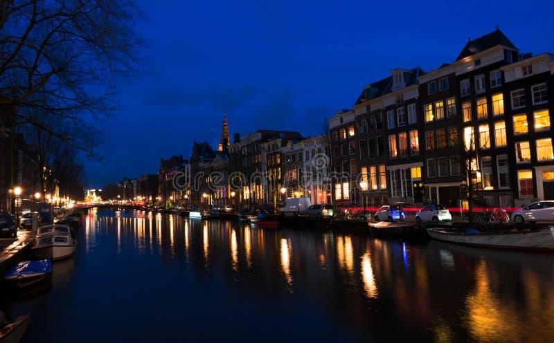 阿姆斯特丹光在运河的夜之前 免版税库存照片