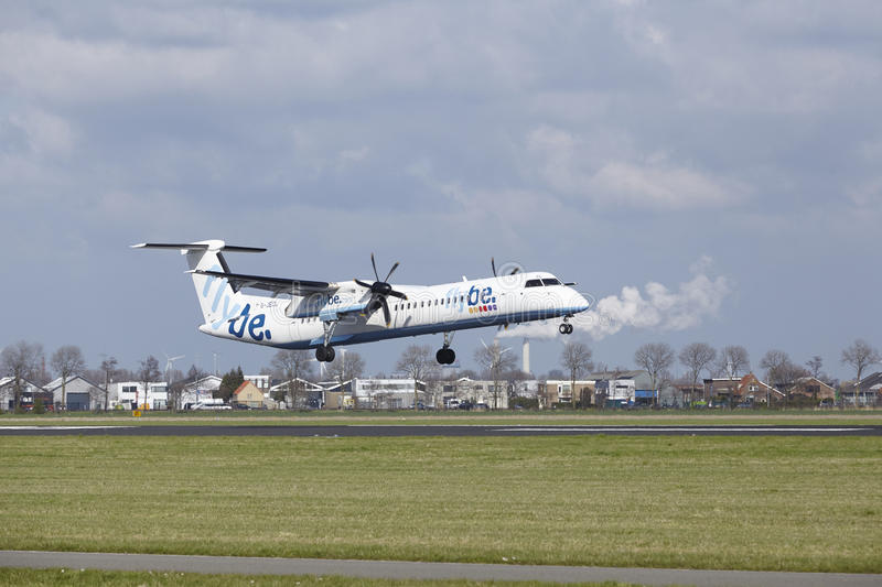阿姆斯特丹史基浦机场- Flybe投炸弹者破折号8土地 免版税图库摄影