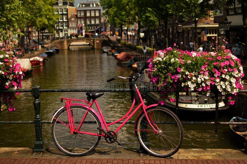 阿姆斯特丹在运河桥梁的市自行车 免版税库存图片