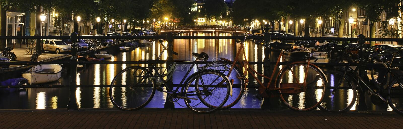 阿姆斯特丹夜运河街道场面 库存照片