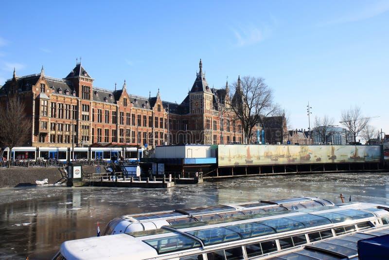 阿姆斯特丹小船荷兰语最近的火车站浏览 图库摄影