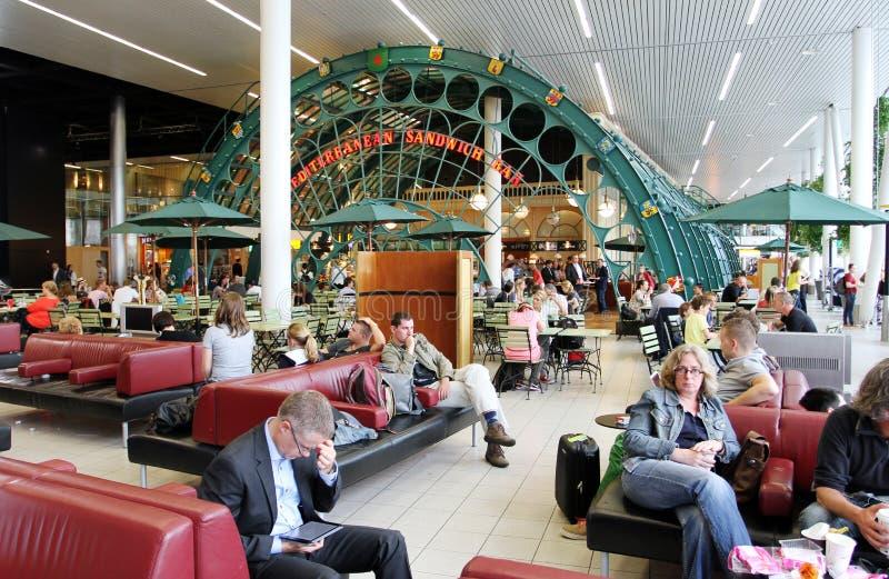 阿姆斯特丹斯希普霍尔,荷兰- 2017年7月03日:乘客在阿姆斯特丹` s斯希普霍尔机场,服务63 5百万passenge 免版税库存图片