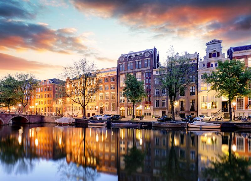 阿姆斯特丹日落反射的运河房子,荷兰 库存照片