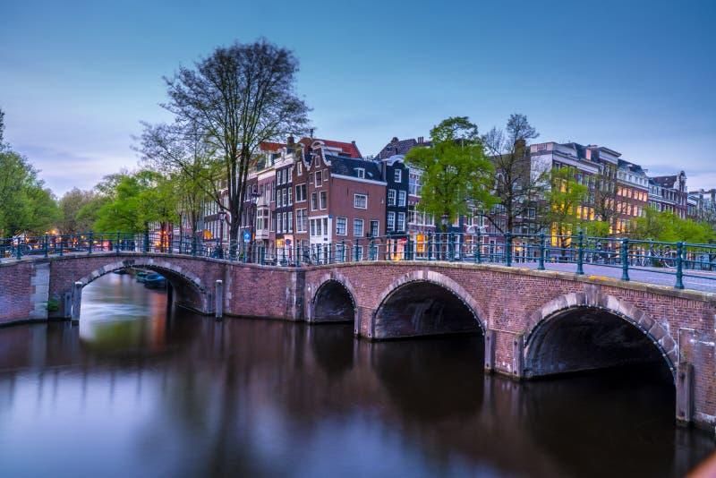 阿姆斯特丹晚上视图有运河的 免版税库存图片