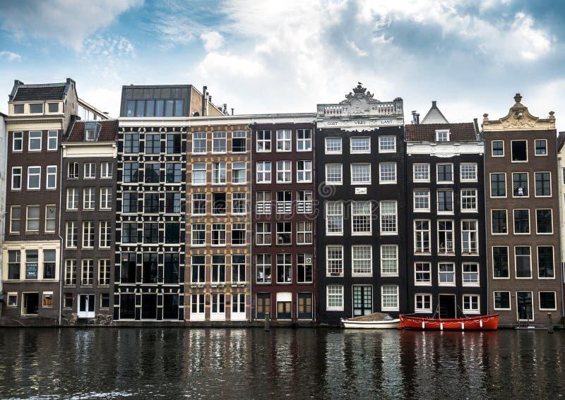 阿姆斯特丹水的运河房子许多窗口在夏天 免版税库存照片