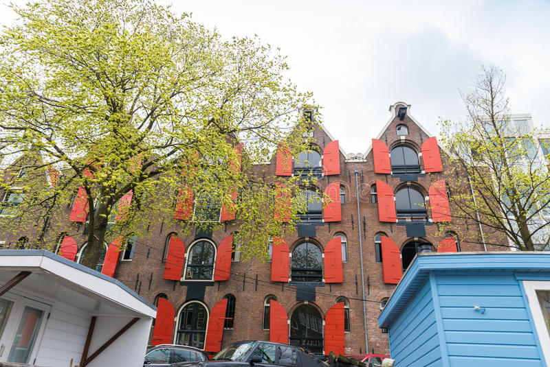 阿姆斯特丹美丽的房子沿城市运河的 库存图片