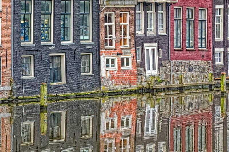 阿姆斯特丹老房子反射在河阿姆斯特尔河 免版税库存图片