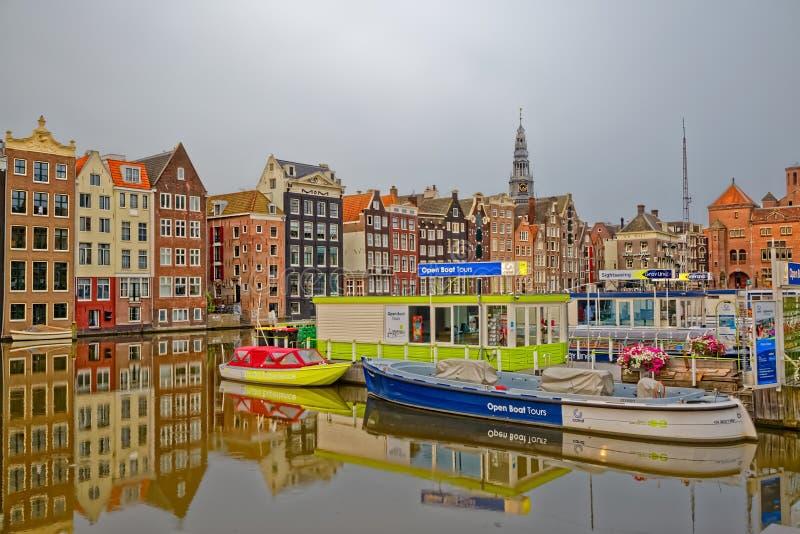 阿姆斯特丹老房子和小船在河阿姆斯特尔河 图库摄影