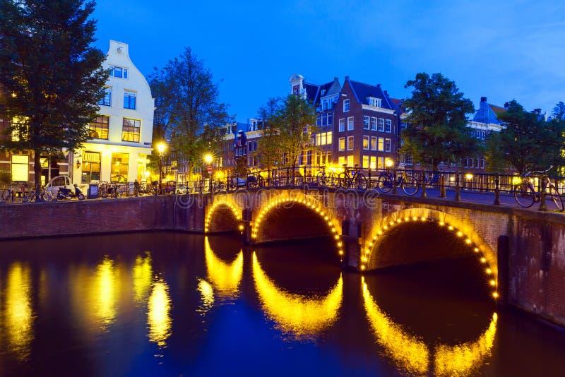阿姆斯特丹运河和桥梁在晚上 免版税库存图片