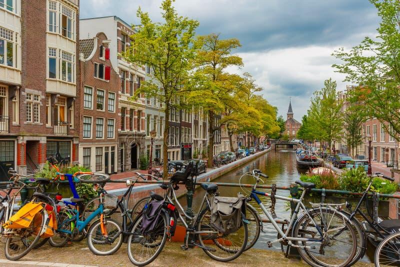 阿姆斯特丹运河和桥梁有自行车的,荷兰 库存照片