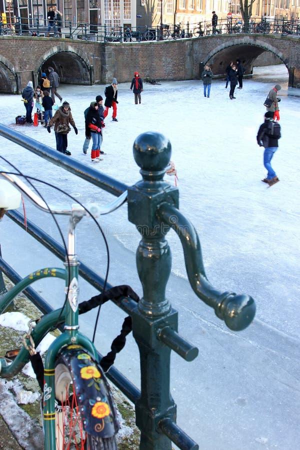 阿姆斯特丹运河荷兰语冻结在滑冰 免版税库存图片