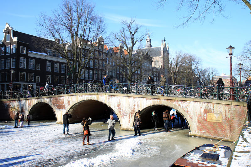 阿姆斯特丹近桥梁keizergracht在滑冰 免版税库存照片