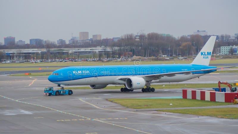 阿姆斯特丹,斯希普霍尔机场 KLM亚洲波音777 库存照片