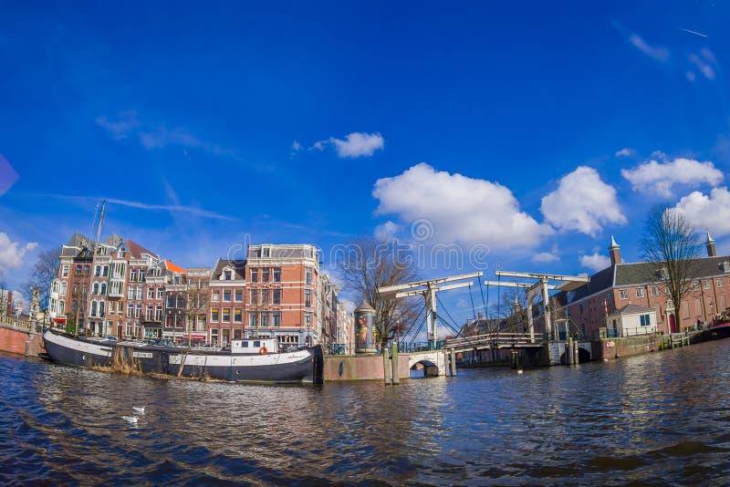 阿姆斯特丹,荷兰, 2018年3月, 10 :室外观点的皮包骨头的桥梁荷兰语:在Amstel河的Magere Brug 免版税库存照片