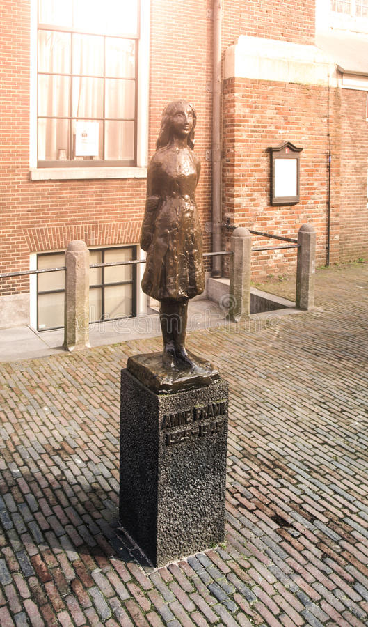 阿姆斯特丹,荷兰-大约2009年4月:安妮・弗兰克纪念碑 年轻犹太女孩-受害者纪念雕象  免版税库存图片