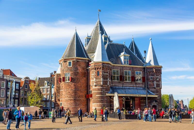 阿姆斯特丹,荷兰- 2018年5月:在Nieuwmarkt方形或新市场正方形的De Waag中世纪大厦与天空蔚蓝 免版税库存图片