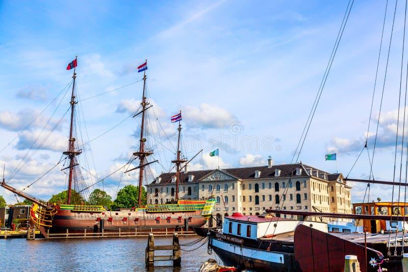 阿姆斯特丹,荷兰- 2018年5月:韩国国立海洋博物馆Scheepvaartmuseum在有老复制品船的阿姆斯特丹 免版税库存照片