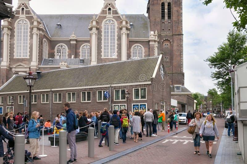 阿姆斯特丹,荷兰- 2017年6月25日:人的人群近被改革的荷兰新教徒的教会Westerkerk 免版税图库摄影