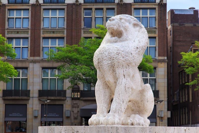 阿姆斯特丹,荷兰- 2017年6月25日:作为国家历史文物建筑师J一部分的石狮子 J P 在水坝正方形的Oud 免版税库存照片