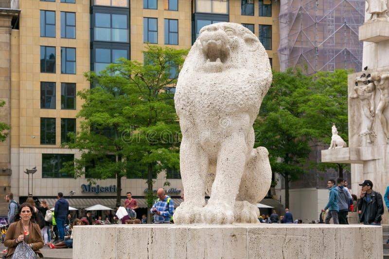 阿姆斯特丹,荷兰- 2017年6月25日:作为国家历史文物建筑师J一部分的石狮子 J P Oud 库存图片