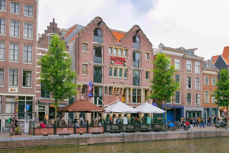 阿姆斯特丹,荷兰- 2017年6月25日:旅馆牛头犬大厦和coffeeshop的看法与同样名字 免版税库存照片