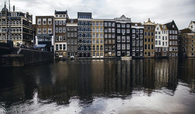 阿姆斯特丹,荷兰- 2018年9月06日:日落在阿姆斯特丹 骑自行车停放和传统老荷兰大厦 ??kok kong??mong?? 免版税库存照片